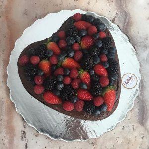 Pastel de Trufa en forma de corazon con berries